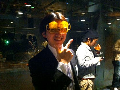 麦酒メガネでほほえむ清水さんの写真