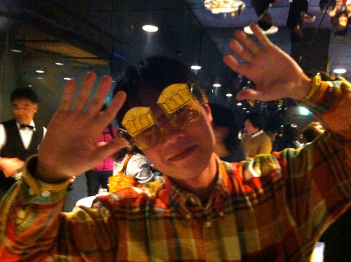 麦酒メガネではしゃぐタチバナさんの写真