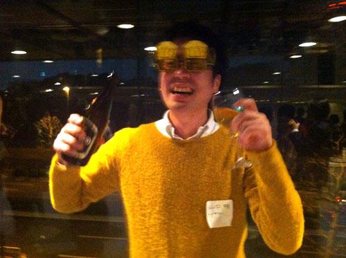 セーターも麦酒色で麦酒メガネでいいかんじ(笑)の山口さんの写真